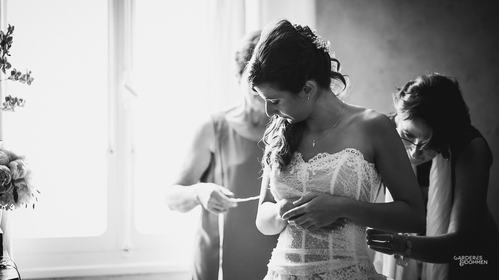mariage à Pau, préparatifs de la mariée, laçage de la robe