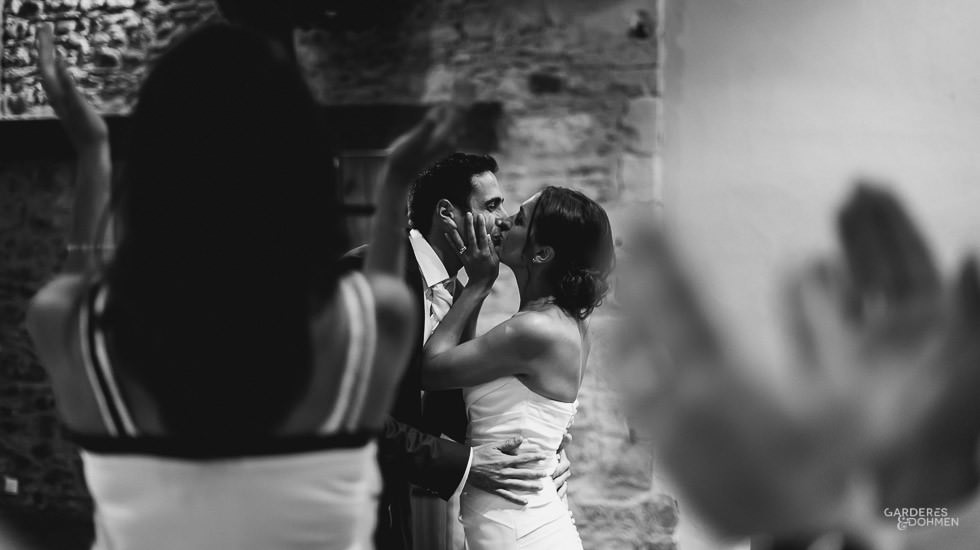 mariage à Gan, les mariés s'embrassent