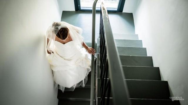 la mariée descend les escaliers
