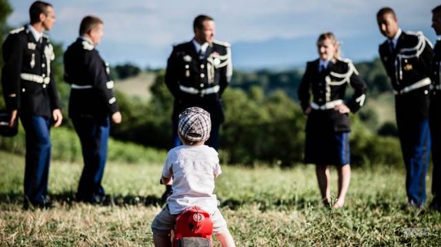 Petit Garçon devant les gendarmes
