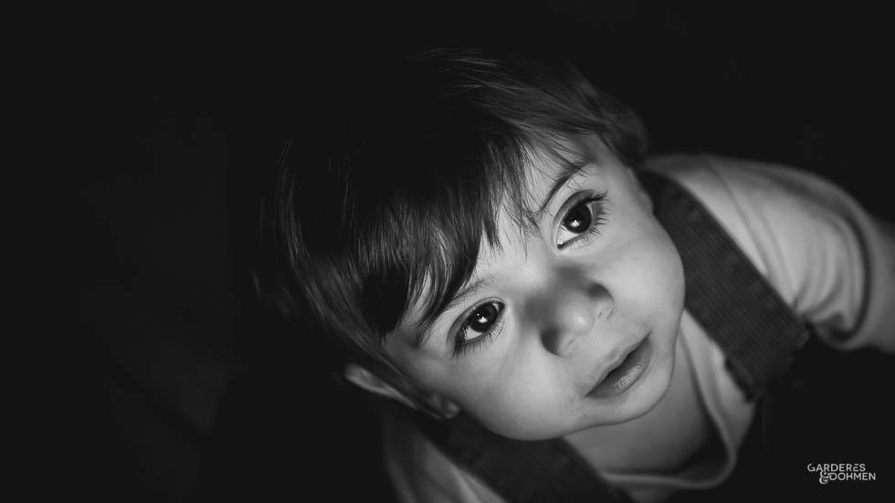 portrait de petit garçon en noir et blanc