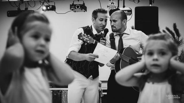 Le marié semble chanter faux