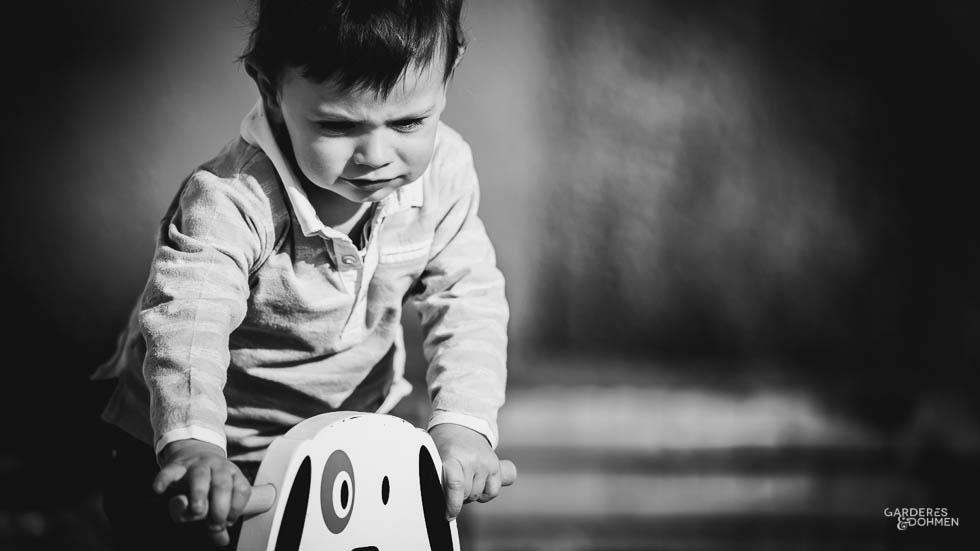 petit garçon sur son tracteur