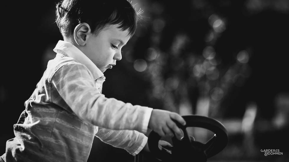 petit garçon avec le volant de son tracteur