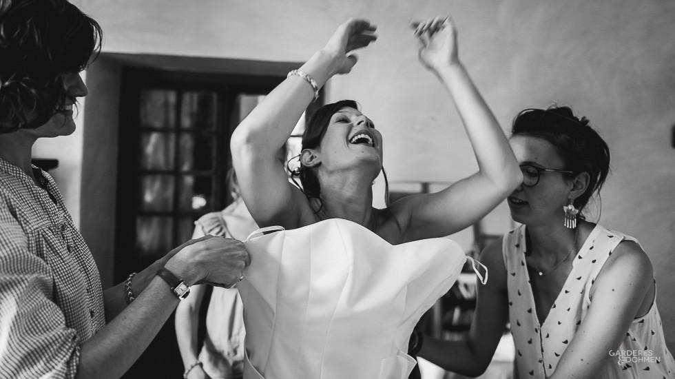 mariage en Béarn, habillage de la mariée