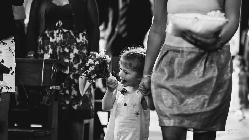 la demoiselle d'honneur goûte le bouquet