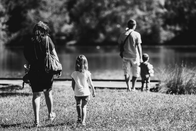 portrait de famille en extérieur
