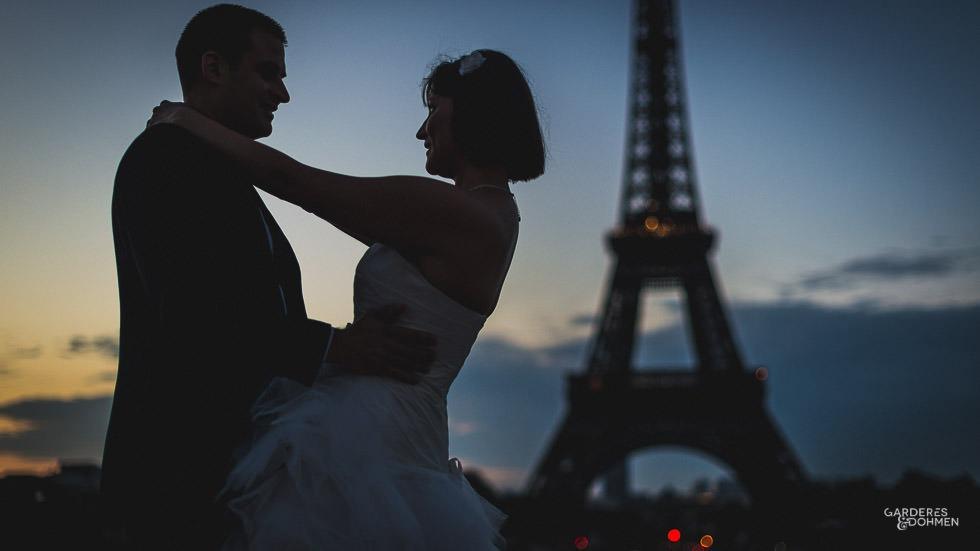 Les jeunes mariés et la Tour Eiffel