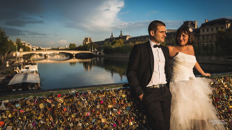 Jeunes mariés sur le Pont des Arts