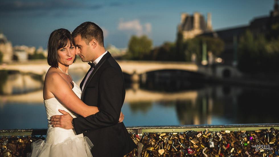 Jeunes époux sur un pont Parisien