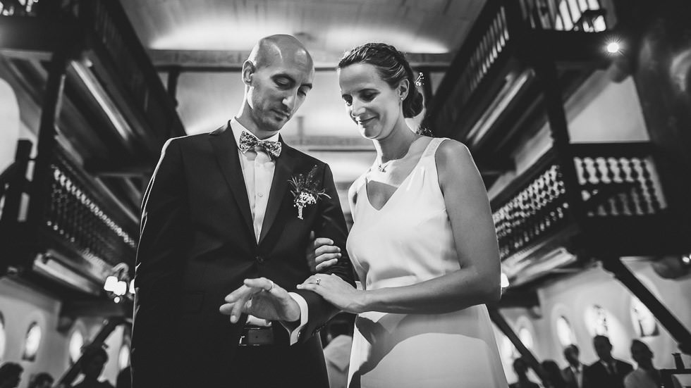 Les mariés observant leurs alliances