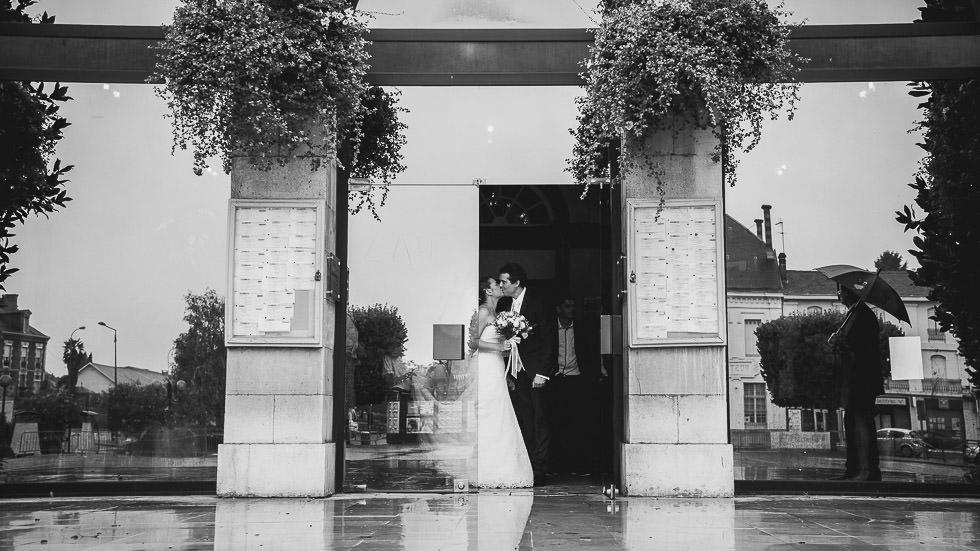 baisers des mariés à Orthez, sous la pluie
