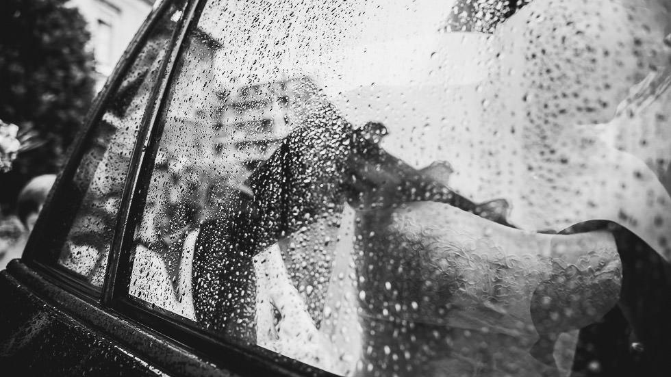 voiture de la mariée sous la pluie