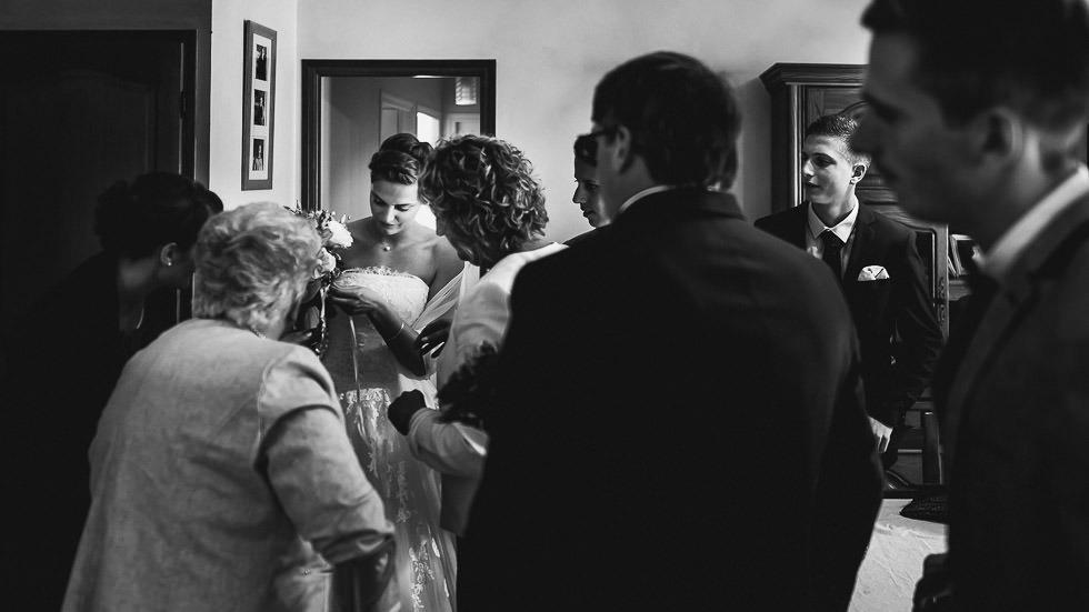 la mariée entourée de sa famille