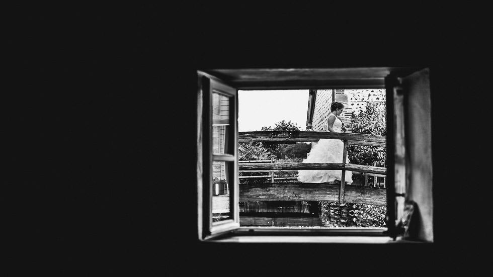 la mariée dans une fenêtre