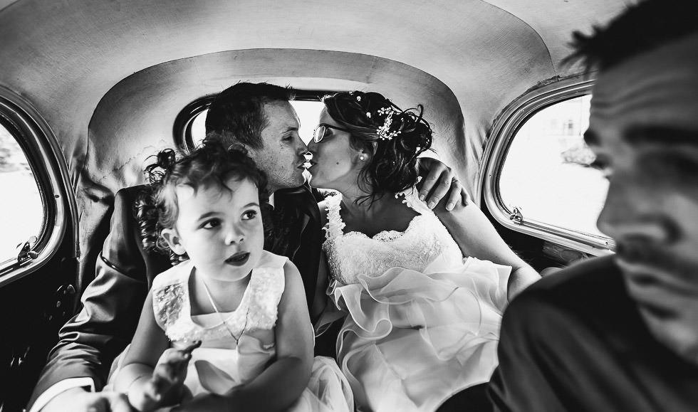 les jeunes mariés dans la voiture