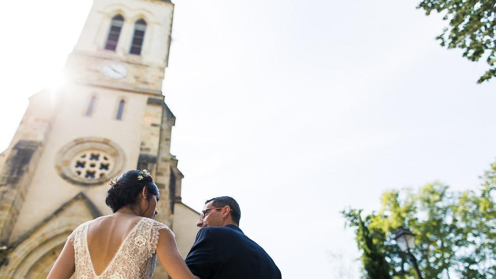 la mariée et son papa devant l'église