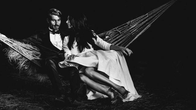 les mariés sur un hamac