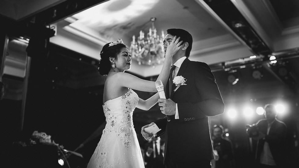 la mariée console le marié