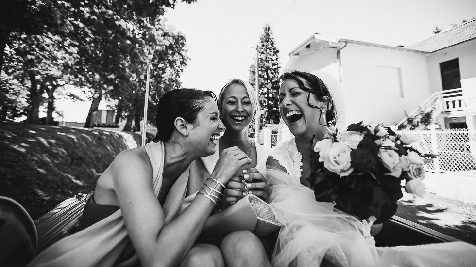 rires dans la voiture de la mariée