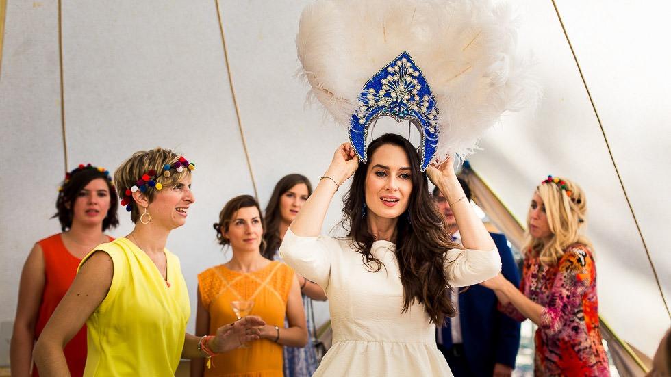 la mariée enfile sa coiffe avec ses témoins
