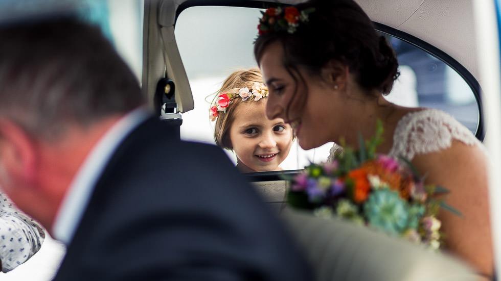 demoiselle d'honneur attendant la mariée