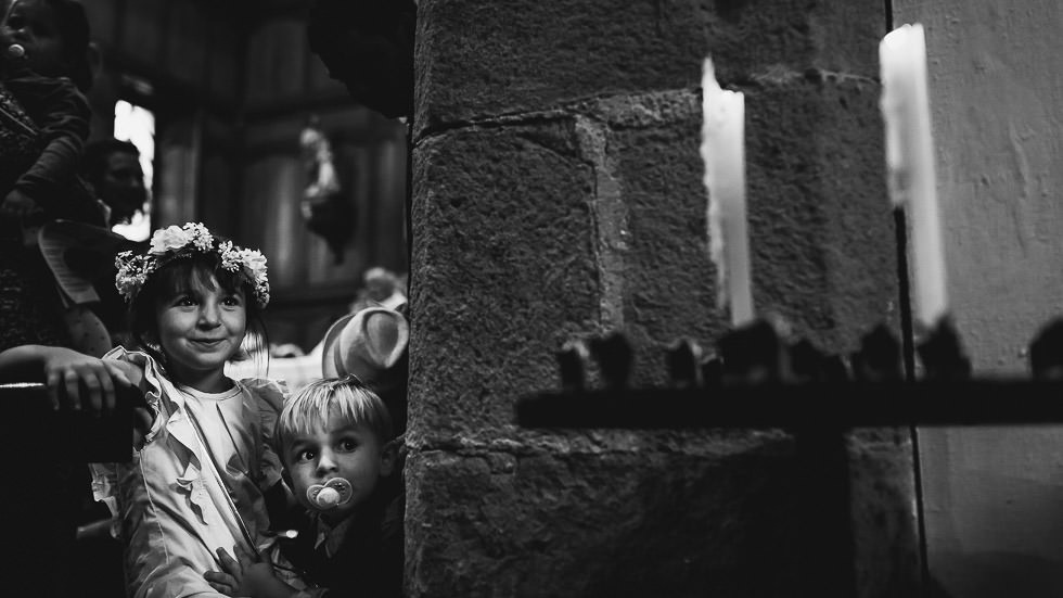 enfants curieux au cour de la cérémonie de mariage à l'église