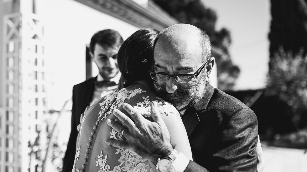 la mariée dans les bras de son père