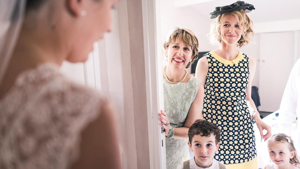 la famille découvre la mariée