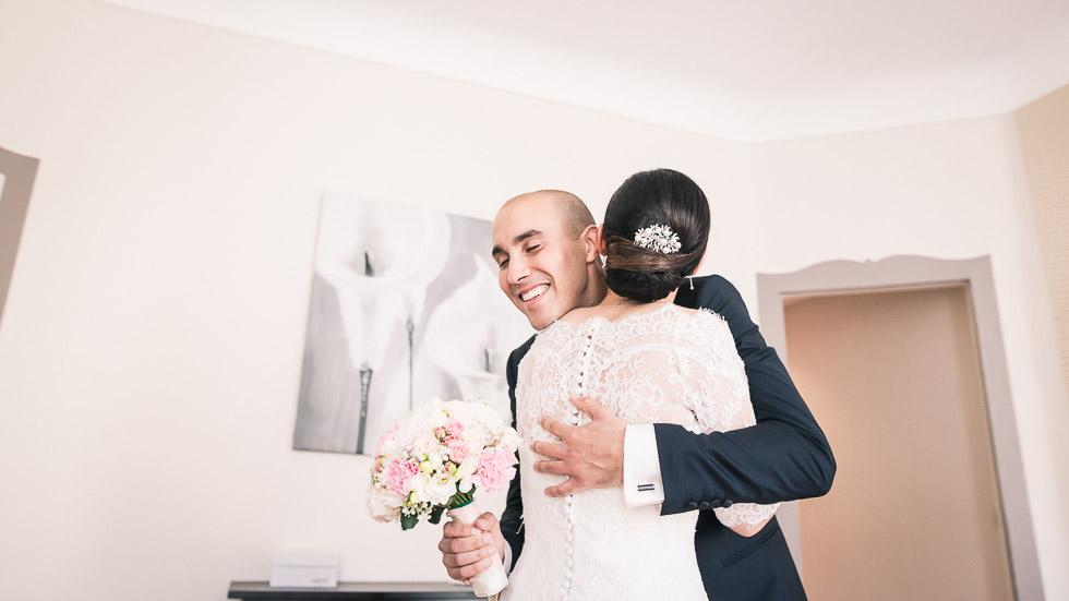 le marié embrassant la mariée