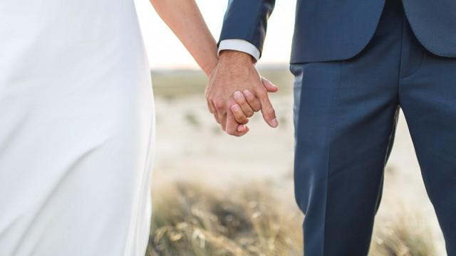 les mains des mariés entrelacées