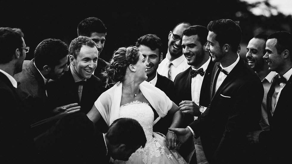 la mariée avec les garçons d'honneur